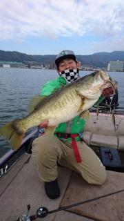 62cmのビッグバスをキャッチ!ドライブシャッド&HPシャッドテールのアラバマリグが琵琶湖で炸裂!