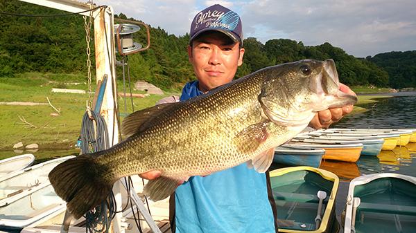 神奈川県津久井湖にてHPミノーで55cm 2,850gのビッグバスがキャッチされました!!