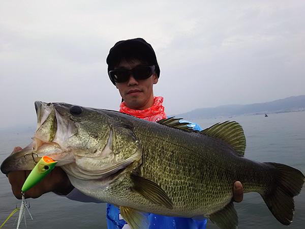 琵琶湖にてラウダー70で61cmのビッグバスがキャッチされました!